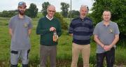 Didier Villain (2e en partant de la gauche) est entouré par Jérome Lobbedez (3e à gauche) et des deux personnes qui s'occupent de fabriquer l'huile de colza. Photo : S.Bot/Média et Agriculture