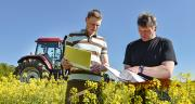 À la récupération des données des agriculteurs, certains distributeurs demandent aux techniciens de privilégier la relation de proximité sur le terrain. Photo : Countrypixel-Fotolia