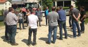 Les agriculteurs engagés dans les GIEE formaient déjà des collectifs investis dans des actions variées. Ici, le groupe Écophyto se réunissait àBouvron (54) le 22mai 2015 pour visiter une exploitation bio. Photo : EMC2