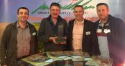 Laurent Soler (responsable production animale), Thierry Roch (président), Daniel Maurel (directeur général) et Olivier Massoutié (responsable du pôle végétal) avec le Sommet d'or de l'innovation en nutrition animale. Photo : Blandine Thuel