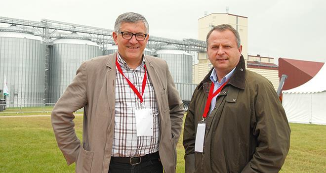 Didier Boyet, directeur exploitation (à gauche), et Jean-Olivier Lhuissier,  directeur des activités agricoles, devant le nouveau silo de Vivescia à Sommesous. Photo : M. Lecourtier/Pixel image