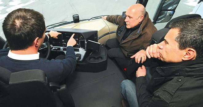 Les formations conduite économique sont dispensées en cabine, lors d'une tournée oùleformateur accompagne le chauffeur pour lui fournir ses conseils en direct,  sans perte de chiffre d'affaires pour l'entreprise. Photo : Translyre