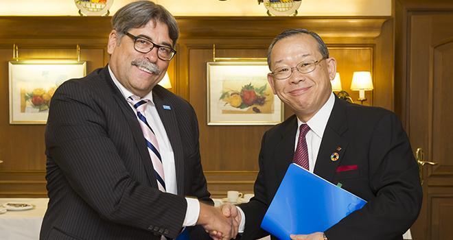 Markus Heldt (BASF) et Ray Nishimoto (Sumitomo Chemical) après la signature de l'accord de coopération. © BASF