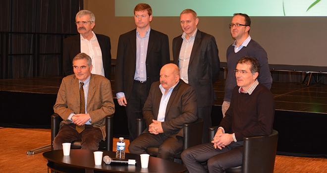 Au premier rang, de G. à D. : Hubert de Lauzon, directeur, Philippe Villain, président, et Noël Dreano, directeur adjoint de Terrena Poitou. Photo : C. Bruère
