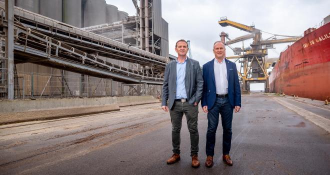Laurent Bué (à gauche) et Joël Ratel, respectivement président et directeur général de Nord Céréales, se félicitent des volumes exportés au départ de Dunkerque pour 2019-2020 malgré la crise du Covid-19. CP : DR