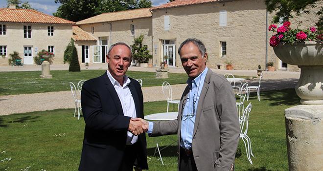 Fin avril, Philippe Delusset, Thierry Lafaye (à gauche), et Patrick Delafraye (à droite) ont signé la reprise par Océalia de Lely Center. Photo : Océalia