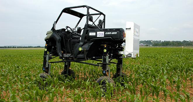 Ce quad rehaussé permet d'épandre les trichogrammes dans les maïs de plus de 1,30 m à haute vitesse. Photo : I. Aubert/PIxel6TM