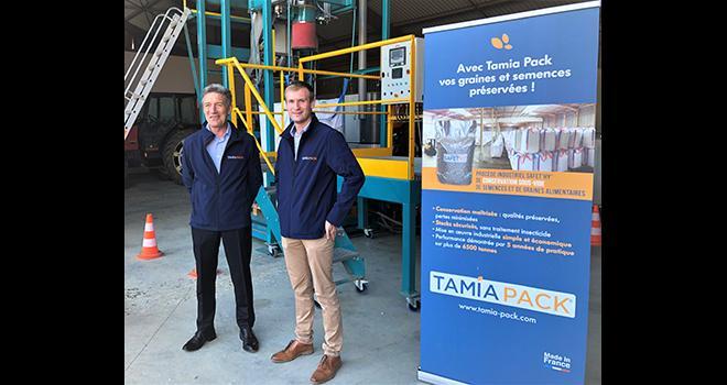 Frédéric Rousseau (à gauche) et Guillaume Sager (à droite) présentent la technologie Safet'hy qui permet de conditionner les semences et graines alimentaires sous vide. Photo : H.Sauvage/Media et agriculture